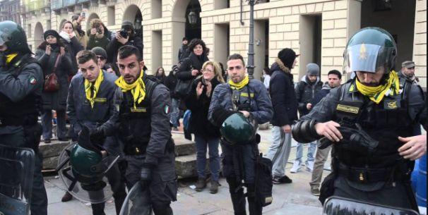 Torino, poliziotti si tolgono il casco davanti ai manifestanti